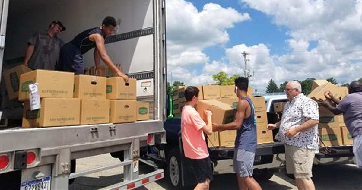 Unloading boxes from a truck together